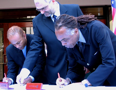 Gilberto Gil, Alvaro Lima, and Deraldo Ferreira at the signing ceremony